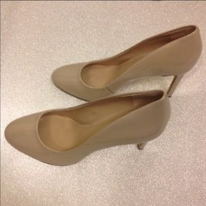 Nude patent leather shoes